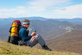 Hiker using mobile device — Stockfoto