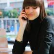joven hablando en un teléfono móvil — Foto de Stock