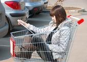 Linda chica se sienta en un carro — Foto de Stock