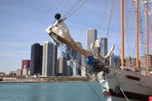 Chicago Skyline and Tall Ship — Stock Photo