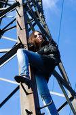 Mujer en torre eléctrica — Foto de Stock