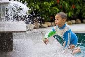 Bonito rapaz brincando com água — Fotografia Stock