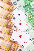 Cztery asy i banknotów euro. — Zdjęcie stockowe
