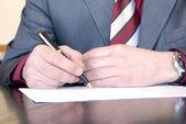 Undertecknandet hand — Stockfoto
