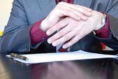 объясняя руки бизнесмен — Стоковое фото