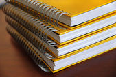 Gele notebooks stapel — Stockfoto