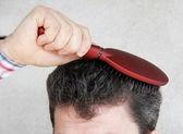 Homme se brosser les cheveux — Photo
