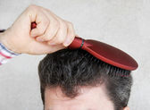 Man brushing hair — Stockfoto