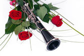 Red roses and clarinet — Stock Photo