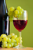 Flavoured Red wine with grape bunch — Stock Photo