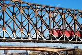 鉄道橋の機関車 — ストック写真
