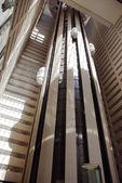 高層ビルの内部のエレベーター — ストック写真