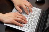键盘上的手 — 图库照片