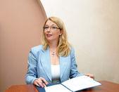 Geschäftsfrau im büro arbeiten — Stockfoto