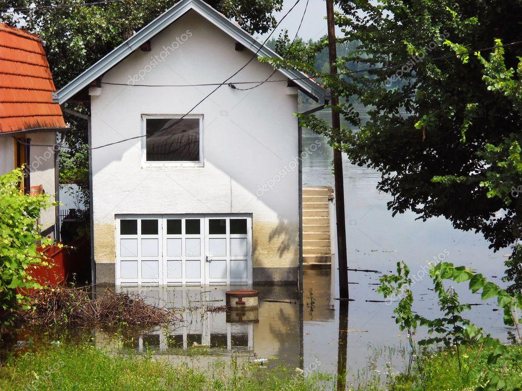 hochwasser - haus in wasser — stockfoto #3349810, Badezimmer ideen