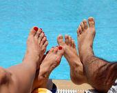 Mannelijke en vrouwelijke voeten — Stockfoto