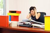Gewanhoopt vrouw overladen met werk — Stockfoto
