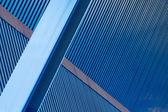 Blå korrugerade väggar balkar — Stockfoto