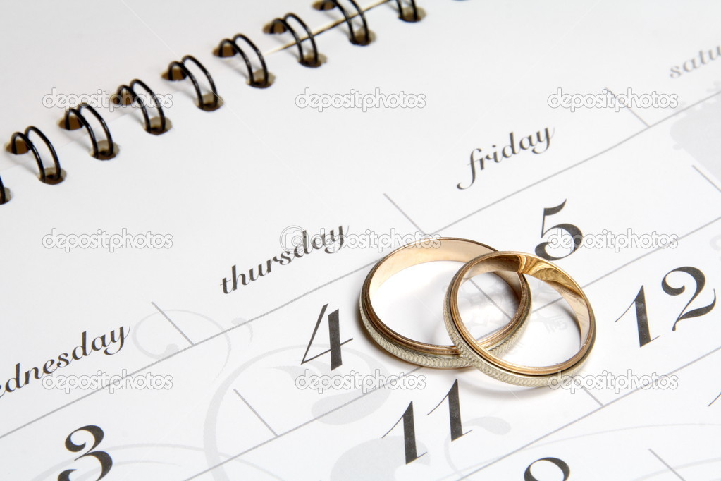 Couple of Wedding Rings on Calender symbolizing wedding date or anniversary — Stockfoto #3214172
