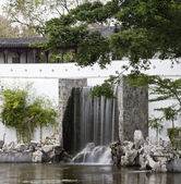Chinese garden and pond — Stock Photo