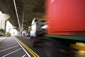 公路下桥和集装箱车运动 — 图库照片