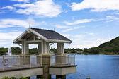 Wiosna piękne jezioro i drewniane belvedere w parku. — Zdjęcie stockowe