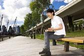 Hombre de asia relajarse en el parque — Foto de Stock