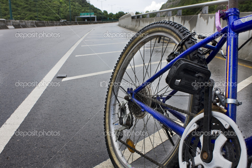 Mountain bicycle on highway at sunny day  — Stock Photo #3828910