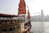 传统中国的小船在香港维多利亚港. — 图库照片
