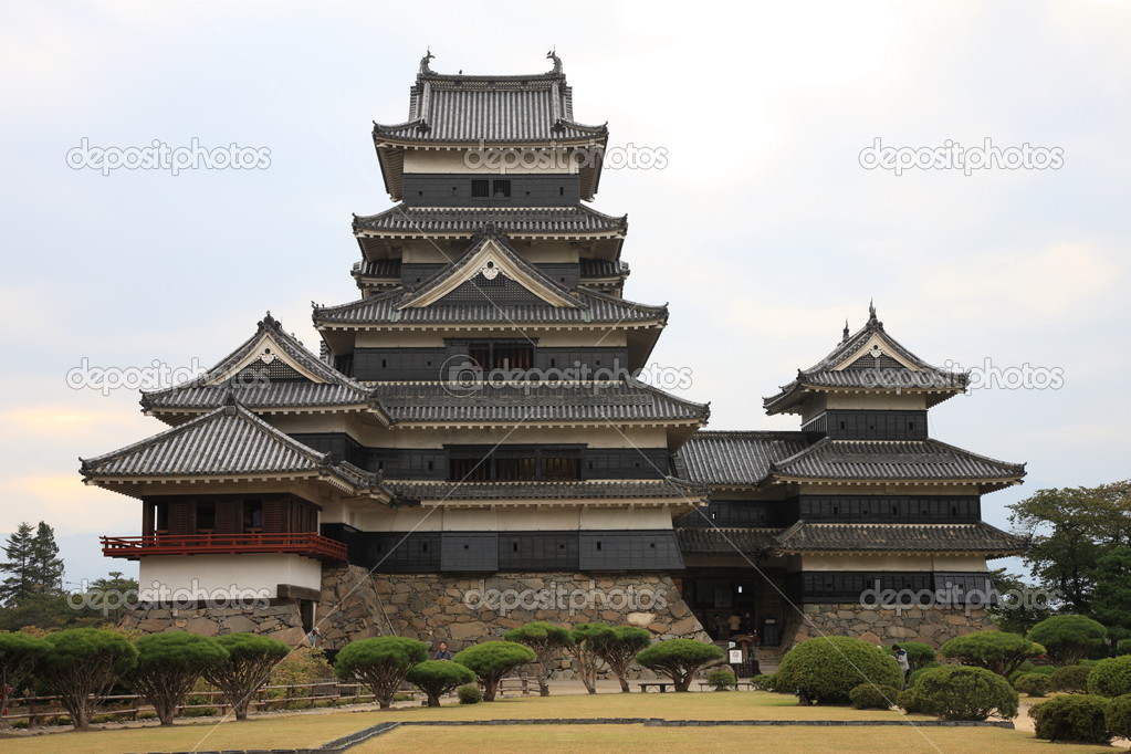 Matsumoto Castle seen from surrounding garden on a cloudy day — Stock Photo #3634252