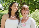 невеста и ее мать в саду — Стоковое фото