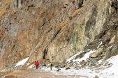 Touristes et grands rochers — Photo