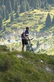 Biker in berg — Stockfoto