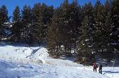 Two man snowshoer climbing in winter mountains — Stock Photo