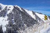 Montaña del invierno y camino firme — Stockfoto