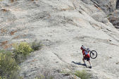 Mountain biker uphill — Stockfoto