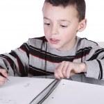 petit garçon mignon, pratiquant son écriture — Photo