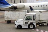 Close-up op een vliegtuig en lading auto — Stockfoto