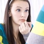 adolescente poniéndose maquillaje — Foto de Stock