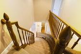 глядя вниз по лестнице в доме — Стоковое фото
