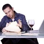 Бизнесмен на его рабочий стол — Стоковое фото