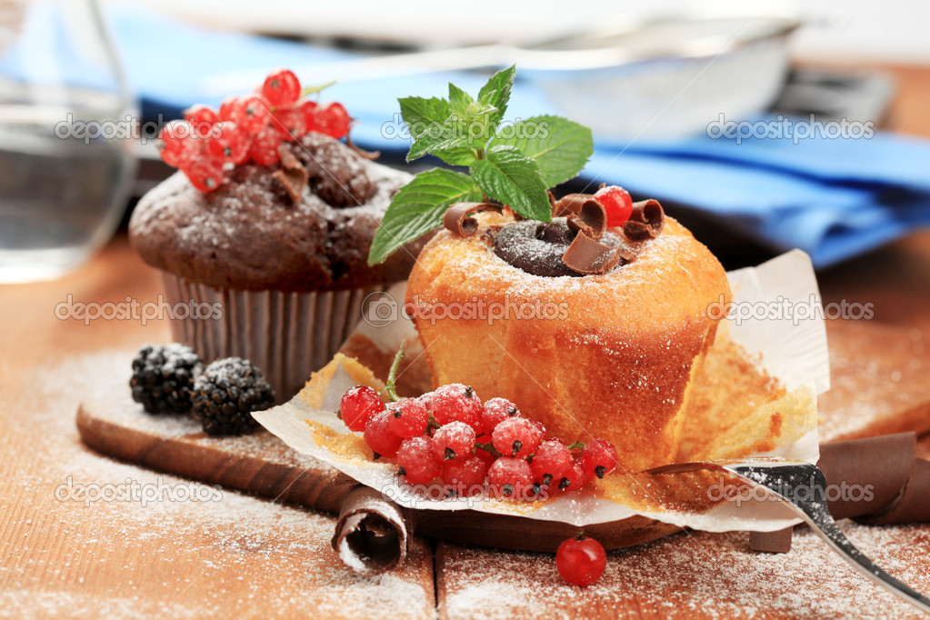 Tasty sponge cakes styled with fresh fruit — Stock Photo #2759355