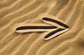 在沙子里的箭头标志 — 图库照片