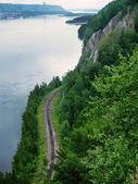 Ferrovia corre ao longo do rio, ver os de cima — Foto Stock