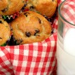 Close up of chocolate chip muffins and milk - Foto Stock