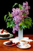 Lilacs, cake and tea — Stock Photo