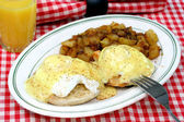 Eggs beneditc and home fries — Stock Photo