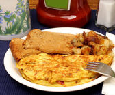 Omelet, home fries and toast. — Stock Photo