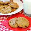 Fresh baked chocolate chip cookies — Stock Photo