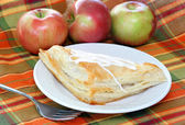 Apple turnover with fresh apples — Stock Photo